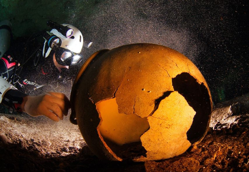 Well preserved Maya Pottery in one of Mexicos Cenotes (Photo: Uli Kunz)<br>